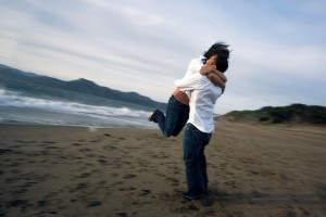 People_hugging_in_the_beach